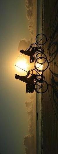 Обои 2 мальчика на велосипедах