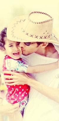 Обои парень целует девочку