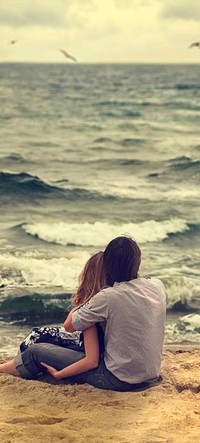 Аватар вконтакте парень и девушка сидят в обнимку у моря
