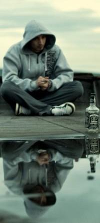 Обои парень,лужа,бутылка водки