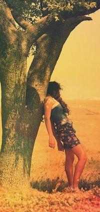 Обои девушка оперлась плечом на дерево