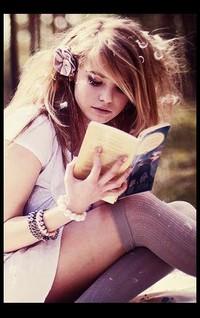 Обои девушка с книжкой