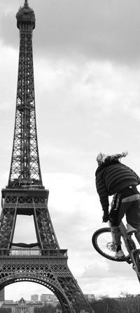 Обои Эйфелева башня,велосипедист,прыжок