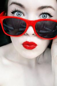 Обои Девушка в красных очках