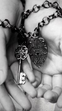 Обои руки связаны цепью