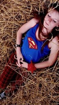 Обои девушка лежит на траве