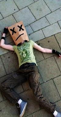 Аватар вконтакте парень с пакетом на голове лежит на асфальте