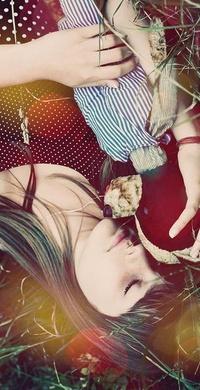 Обои девушка лежит на траве с мишкой