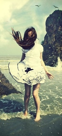 Обои Девушка на скалистом берегу моря