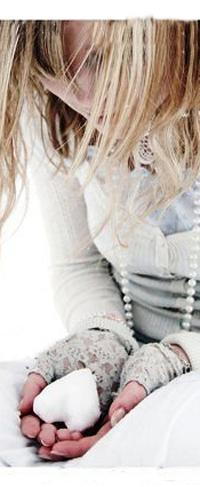 Обои печальная девушка со снежным сердечком в руках