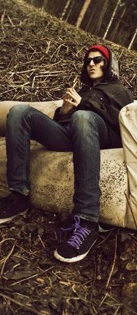 Аватар вконтакте парень в лесу сидит на диване