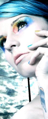 Обои яркая цветная девушка с синими волосами