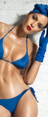 Телка в синем купальнике