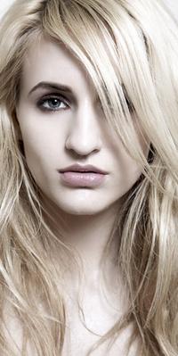 Обои блондинка с пухлыми губками