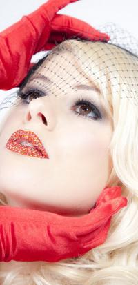 Обои блондинка, красные перчатки и губы в стразах