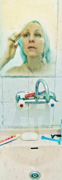 Обои Отражение в зеркале, раковина и зубная паста