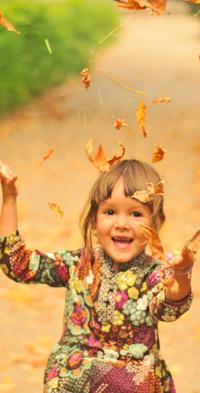Аватар вконтакте Радостная девочка кидается листвой