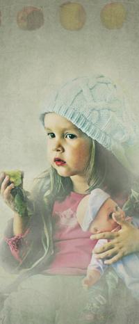 Обои Девочка с яблоком и куклой