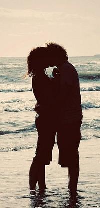 Обои Парень и девушка целуются, на берегу моря