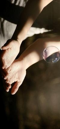Обои ловит мыльный пузырь