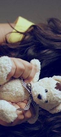 Обои девочка держит мишку