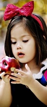 Обои девочка с яблоком