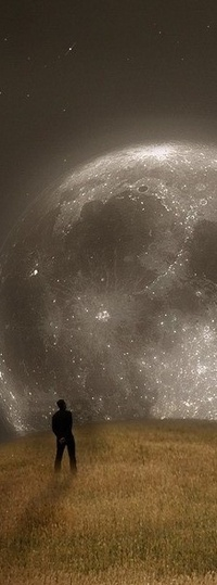 Обои мужчина смотрит на луну