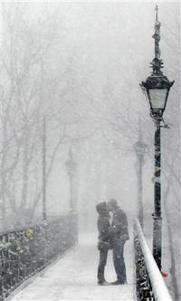 Аватар вконтакте Девушка с парнем целуются на мосту