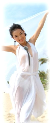 Обои Девушка на пляже в белом платье