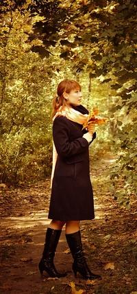 Обои Девушка с листьями в руках!