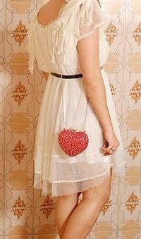Обои Девушка с сумочкой-сердечком в белом платье