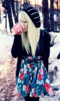 Аватар вконтакте Девушка пьет кофе в зимнее время