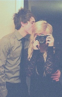 Парень и девушка блондинка целуются