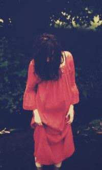 Обои Девушка в красном платье стоит в воде