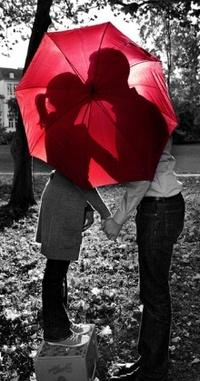 Обои Парень и девушка целуются за красным зонтом