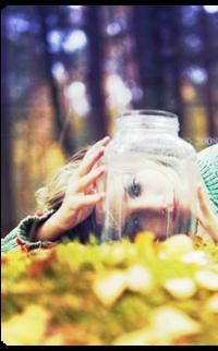 Обои Девушка в осеннем лесу с банкой