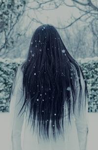 Обои Девушка стоит под снегом