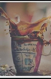 Обои Кофе в кружке расплескалось