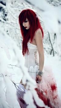 Обои Девушка с красными волосами в кровавом платье