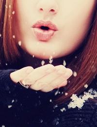 Аватар вконтакте Девушка ловит рукой снег