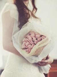 Обои Девушка в свадебном платье держит в руках нежные розы
