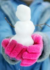 Аватар вконтакте Девушка держит в руках маленького снеговика
