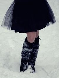 Обои Девушка в черной юбке стоит на снегу