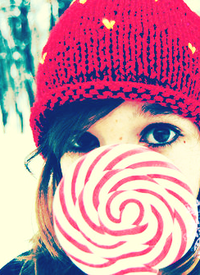 Аватар вконтакте Девушка в красной шапке с леденцом