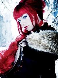 Аватар вконтакте Красивая девушка с красными волосами на фоне зимнего пейзажа