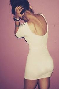 Девушка в коротком облегающем платье фото