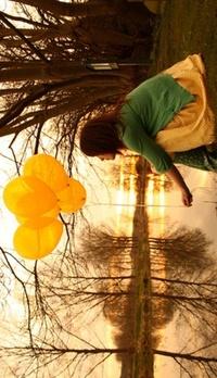 Обои Девушка с желтыми шариками на природе