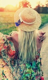 Обои Девушка в шляпке на природе