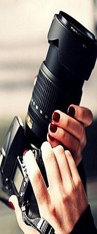 Аватар вконтакте Девушка с бардовыми ногтями держит фотопорат