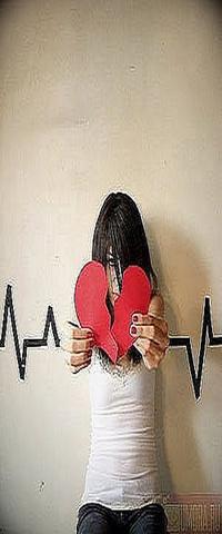 Аватар вконтакте Девушка с красными ногтями держит разорваное красное сердце